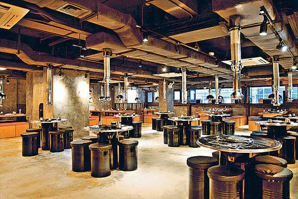 除了懷舊的鐵罐凳圍爐,也有設石牆的四人卡座和六至八人的長桌。