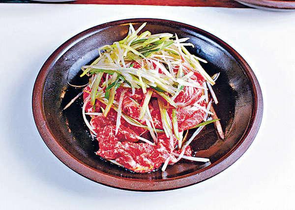 光陽烤肉 $130:選用脂肉均勻的牛胸腹肉,切成長條狀以洋蔥、醬汁醃好,肉質帶粉。