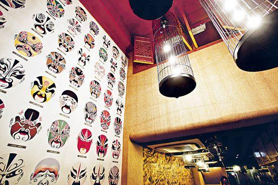 店子雖不大,但勝在樓底高,有一幅中國戲劇臉譜牆,氣勢不俗。