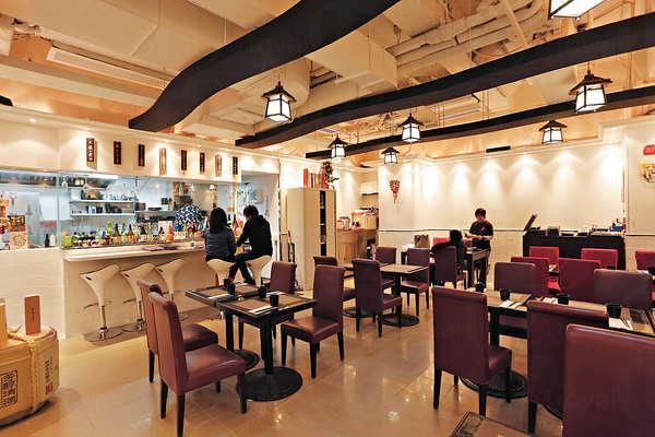 店內散座約可容納30人,隔着玻璃的廚房前還有幾張高身吧凳。