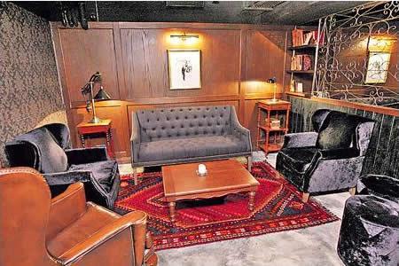 除了大廳還設有兩個個室,格局猶如英式家庭客廳。