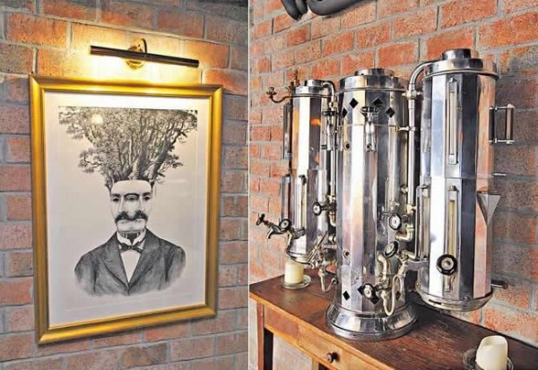 酒吧內掛滿了英國畫家 Dan Hillier 的作品,大多是紳士頭像,再加些天馬行空的圖案。/ 酒吧內處處是古董,這部放在大廳牆邊的古老咖啡機便是一例。