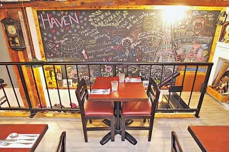餐廳猶如古物展覽館,能擺到東西的地方都會擺上東西,尤其是樓梯級的牆附近。