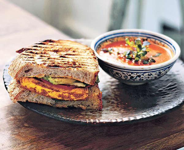 【Lunch Set $90】午餐設有湯、半份三文治、沙律及飲品,價錢合理,最讚是麵包,烘得脆卜卜,口感鬆軟。