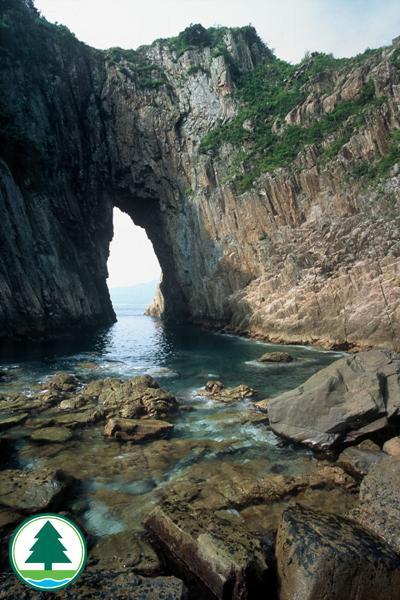 「吊鐘洞」被譽為香港最美的海蝕拱