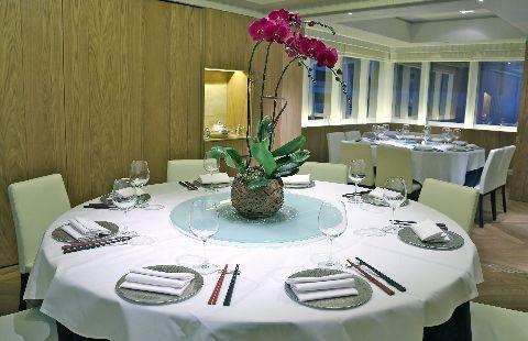 新位置裝潢變得簡約清新,設有屏風按客人數量劃分用餐區