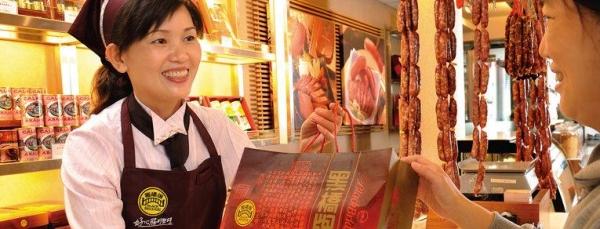 台灣的黑橋牌在香港開設了兩間分店,門口有即烤即賣的小食檔
