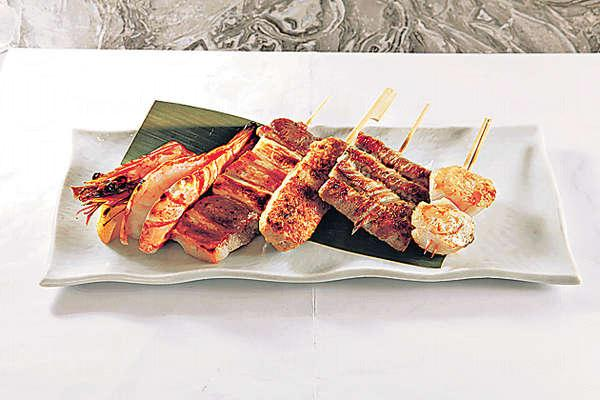 【各式串燒 $15-$75】串燒款式甚多,包括免治雞肉棒、特大虎蝦、汁燒帆立貝等人氣之選。