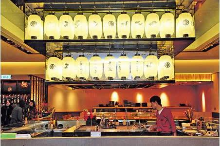 全店最觸目是設於中央的方形爐端燒舞台,天花除掛滿日本祭典經常出現的燈籠外,店內洋溢着節慶的歡樂氣氛。