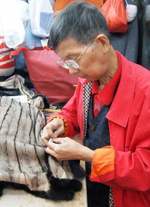卞師傅已有50年造旗袍的經驗。(來源:新浪)