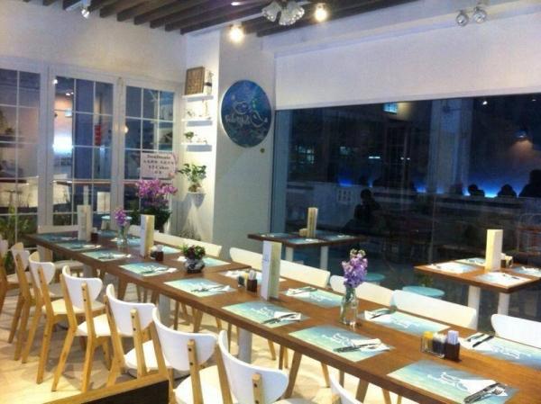 由 Celine 及 Vito 主理的小店以藍白玻璃屋設計,感覺舒適開揚。