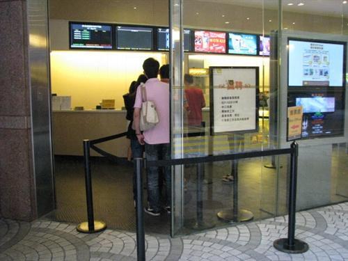 人們在售票處排隊買戲票。(相片來源:時光網)