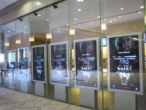 戲院的LCD大熒幕不間斷地播放預告片。(相片來源:時光網)
