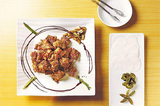 Grill Fried Chicken($210): 將炸好的雞件拿到炭火上燒至微焦,另附一碟醃蘿蔔片、青辣椒,便可按個人喜好配搭如附圖。
