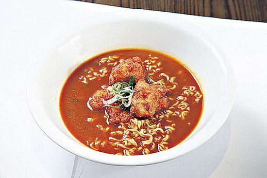 咖喱炸雞湯拉麵($70):將炸雞配以日式咖喱湯底,濃稠香甜,麵選用韓國杯麵,成本高,但質感較幼身軟滑。