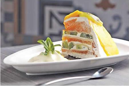芒果奇異果千層可麗蛋糕($42):餐廳不少食物都用上 Crepe,像這蛋糕以 Crepe、忌廉及鮮果層層叠,不覺膩滯。