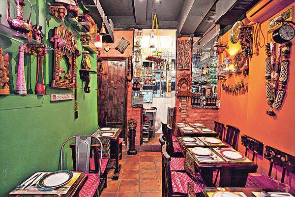 餐廳內的裝飾品,如木雕、椰子吊飾以至小鞦韆,都是老闆在印度精心搜羅的,民族風滿瀉。