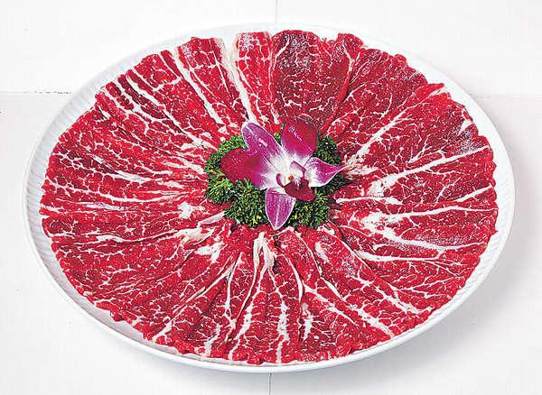 【手切本地肥牛肉 $388(大)】脂肪與肉分布均勻,厚身切法使肉質更有嚼感。
