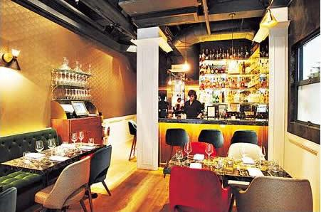 店子設計簡單,偌大的酒吧提供多款法國酒,遲些會加開午市。