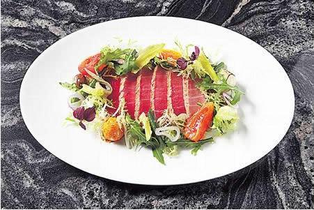 吞拿魚尼斯沙律($188):日本拖羅輕煎外層,入口即化成一口油香。蔬菜爽脆新鮮,換上鵪鶉蛋更香,蛋上還沾了番茄粉,非常巧手。
