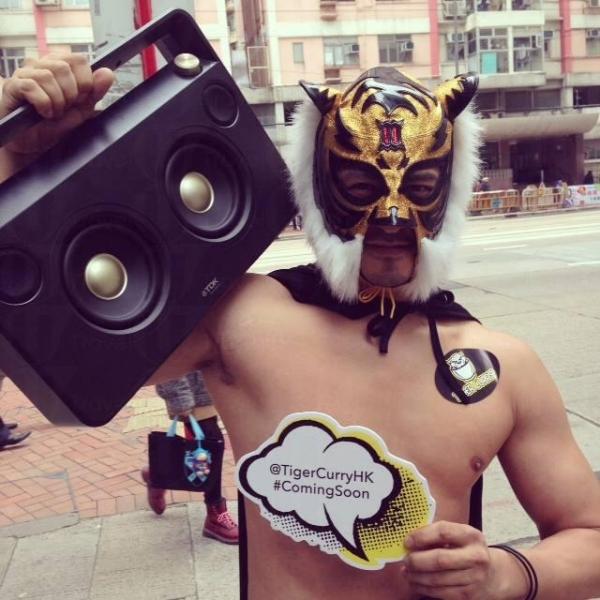 餐廳找日本男模扮演摔角手做宣傳,遇上一定要找他來個合照。