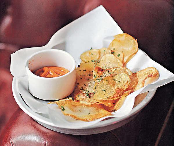 【Papitas bravas $68】新鮮薯仔切成薄片,既浸鹽水,又炸上兩三次,就是想令薯片更香脆。