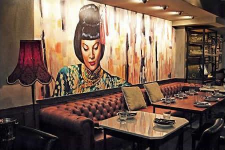 Signature 女士牆畫,是整間餐廳的焦點所在。