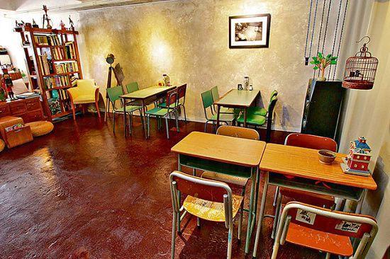 約千呎的 Studio,座位不多,空間闊落,擺放了幾張小學座椅、學生枱,懷舊味濃。