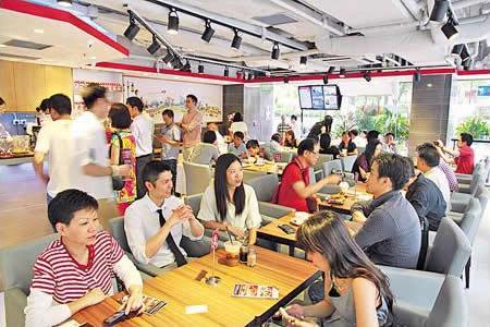 這店可容納約 70 人,裝修雅致、舒服,店員也年輕,但店中食物飲品則忠於原著。