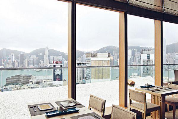 店子以木作主調,室外露台位置以日本沙土石堆砌成日式庭園,配上維港海景,環境優美。