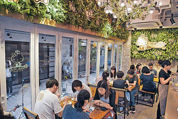 店內座位不多,略為擠迫,但以Green Wall襯托木調布置,果真有置身於叢林中的感覺。
