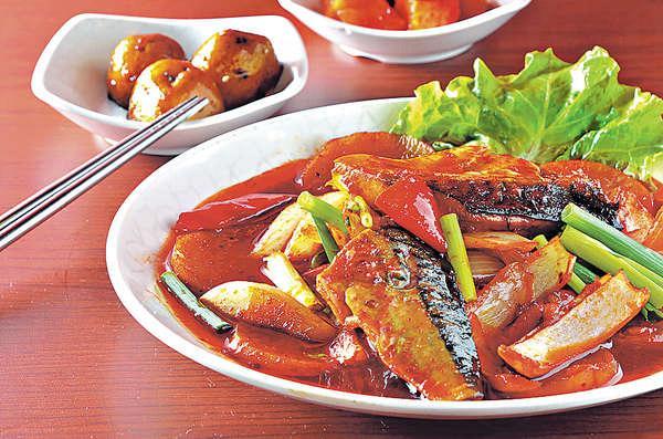 醬油燴鯖魚($128):有差不多一條魚的分量,魚味濃而不腥,跟辣油提升味道。