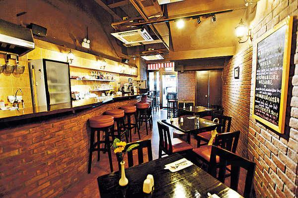 店內的用餐區,與酒吧區及開放式廚房分置左右兩邊,方便廚師與食客交流。