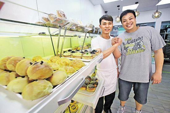 阿良(圖左)、Tony(圖右)把每天售餘的麵包,捐給低收入人士及長者,相當具愛心。