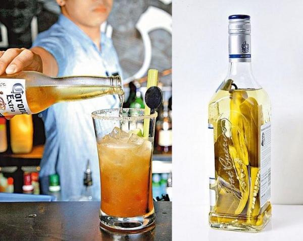 Dirty Uncle($103):飲時自行加入啤酒,瞬間與西柚和西芹味融為一體,杯邊的煙熏鹽帶來另一種香味。/ 調酒師愛自己浸酒,例如在 Tequlia 內加入辣椒,直接品嘗或調成雞尾酒,均帶來火辣