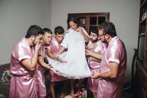 無女仔朋友唔緊要!電腦工程系女生結婚 找來一班好兄弟當伴娘