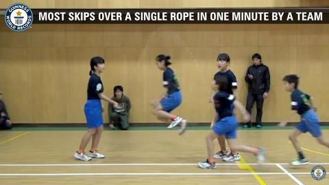 小學生合力跳繩打破健力士紀錄!一分鐘無間斷 示範超強團隊合作