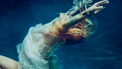 Avril Lavigne戰勝萊姆病攜新歌《Head Above Water》回歸 寫信感激歌迷陪伴