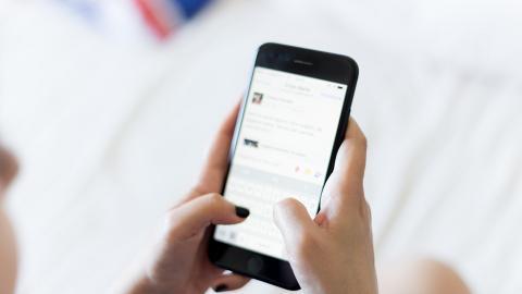 經常玩手機/用電腦要小心!研究指電子產品釋出藍光加速衰老