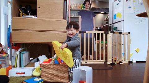1歲囝囝勁痴身見唔到媽咪就喊!爸爸貼心製作逼真1:1比例紙板媽媽
