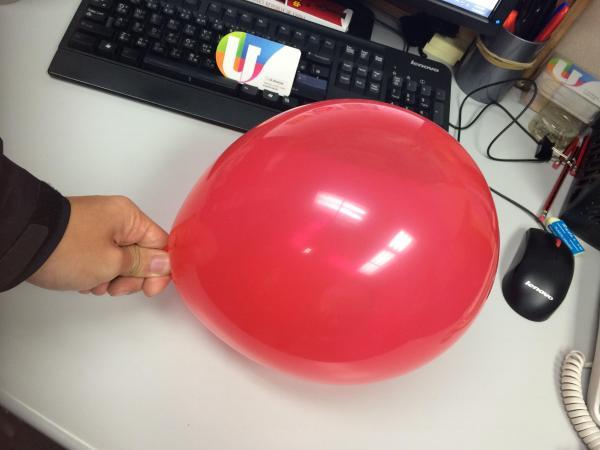 先吹脹氣球,接著按住吹口