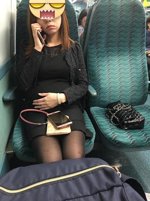 大肚婆坐港鐵用手袋幫人霸位 「睥」走其他乘客
