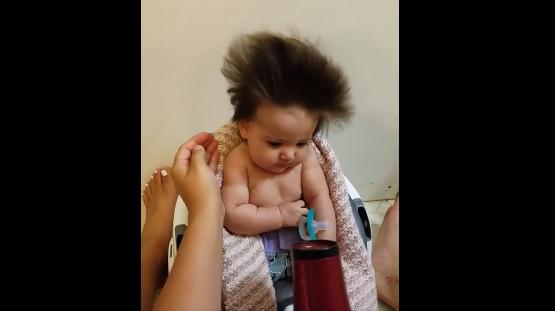 Cute爆BB勁多頭髮 吹頭吹到眼瞓正是長髮女的寫照