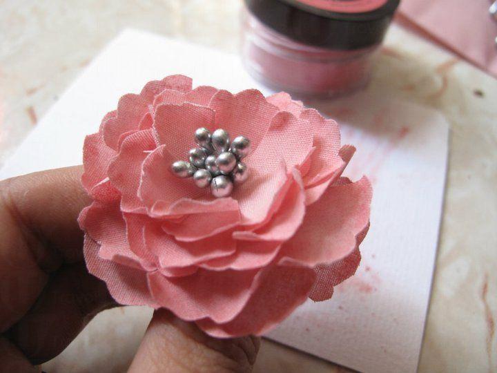 市集设工作坊教大家制作布艺牡丹花,更可制成发夹.
