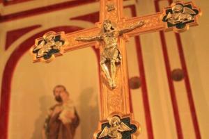 祭台用上金色與紅色,中西合璧。(關璇攝)