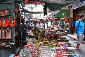 摩囉街猶如現實版「淘寶」一樣,小街兩旁放滿了琳瑯滿目的各種物品。