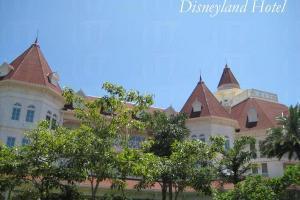 穿越綠林樹蔭,得見繁花下的迪士尼樂園酒店。