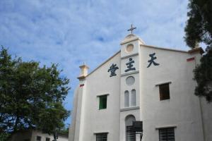 藍天白雲配白色教堂是鹽田仔的地標,多數人都是被這景象吸引而來。