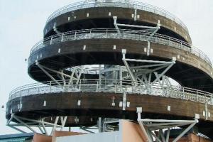 登上香港回歸紀念塔可鳥瞰公園全景。