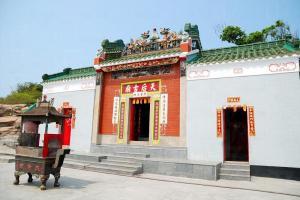 從天后廟內的古鐘和古物石刻,可見這間廟已有 160 多年歷史。